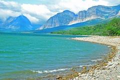 清楚的蓝色湖在冰川国家公园 免版税库存照片