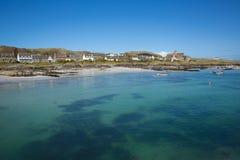 清楚的蓝色爱奥那岛苏格兰英国内在Hebrides绿松石海苏格兰海岛在离苏格兰的马尔岛西海岸的附近 免版税库存照片