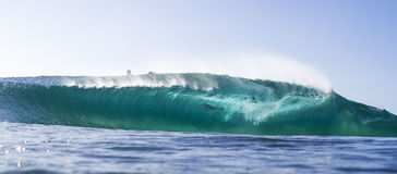 清楚的蓝色水晶波浪 图库摄影