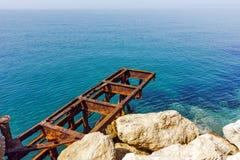 清楚的水和岩石在堤防在Skala Maries, Thassos海岛,希腊 库存图片