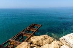 清楚的水和岩石在堤防在Skala Maries, Thassos海岛,希腊 免版税库存照片