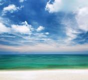清楚的水和蓝天。白色沙子海滩 免版税库存图片