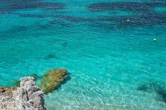 清楚的绿松石海水和石头 希腊 库存照片