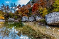 清楚的水池和明亮的叶子在失去的槭树国家公园,得克萨斯 免版税库存图片