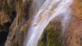 清楚的水流量下来岩石的表面上 关闭 影视素材