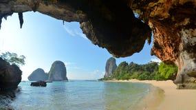 清楚的水,在洞海滩, Krabi的蓝天 免版税库存图片