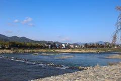清楚的水,在Katsura河, Togetsukyo, Arashiyama,京都的明亮的天气 库存图片