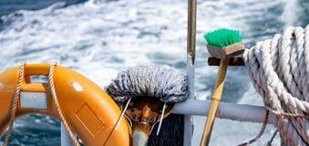 清洁与把柄、安全浮体和老白色绳索的工具包括暴民和刷子 免版税库存图片