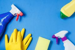 清洁产品 家庭清洁概念 背景看板卡祝贺邀请 印刷术和商标的地方 复制空间 平的位置顶视图 免版税库存图片
