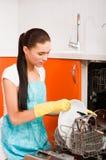 清洁使用洗涤的妇女的盘厨房ma 库存图片