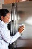 清洁冰箱妇女 免版税库存图片