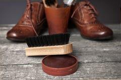 清洁刷、波兰奶油和棕色鞋子 库存图片