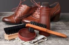 清洁刷和波兰奶油鞋子的 免版税库存图片