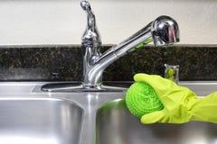 清洁厨房水槽 免版税图库摄影