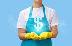 清洁女工显示一个美元的符号 免版税库存照片
