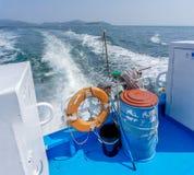 清洁工具包括暴民和刷子,在海岛轮渡上的安全浮体 免版税库存照片