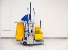 清洁工具推车等待清洁 桶和套在办公室和百货商店的清洁设备 免版税库存照片