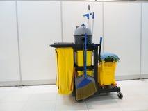 清洁工具推车等待清洁 桶和套清洁设备在办公室 管理员服务工友为您 免版税库存照片