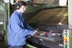 清洁工厂设备工作者 免版税库存照片
