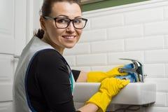 清洁服务 清洗在洗手间的水盆 免版税库存照片