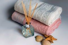 清洁毛巾和芬芳棍子 库存图片