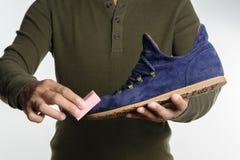清洁绒面革鞋子 库存图片