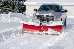 清洁雪在一个住宅区 图库摄影