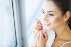 清洁面孔皮肤 美丽的愉快的女孩洗涤的面孔 图库摄影