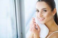 清洁面孔皮肤 美丽的愉快的女孩洗涤的面孔 免版税图库摄影