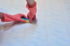 清洗一个瓦片在卫生间里 免版税图库摄影