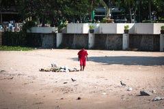 清洗一个肮脏的海滩的地方人 免版税库存照片