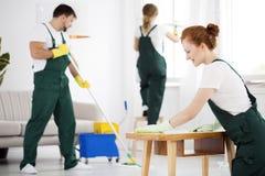 清洗人员洗涤的家具 免版税库存图片