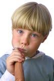 清洗他的牙vi年轻人的男孩 免版税库存图片