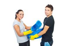 清洗准备年轻人的夫妇房子 免版税库存照片