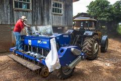 清洗和维护大农场主机器 免版税图库摄影