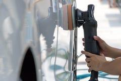 清洗和详述一辆白色汽车曼谷泰国 免版税库存图片