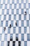 清洗在高层的小组工作者窗口服务 免版税库存照片
