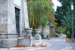 清洗坟园道路在秋天 库存图片