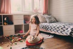 清洗她的杂乱室的儿童女孩 免版税库存照片