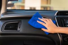 清洗她的汽车的司机妇女的特写镜头画象与microf 库存照片