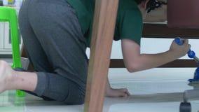 清洗房子的亚洲年轻男孩帮助家庭使用拖把 影视素材