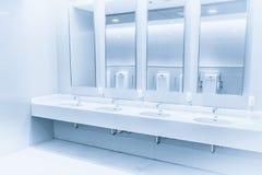 清洗新的现代内部洗手间水槽行蓝色 库存图片