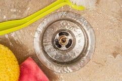 清洗水盆与刷子和海绵用淌淌水 库存图片