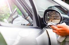 清洗汽车外部-人手清洗汽车 免版税库存照片