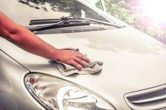 清洗汽车外部-人手清洗汽车 库存照片