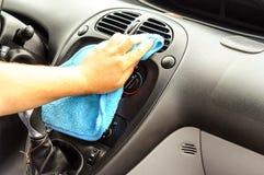 清洗汽车里面-人手清洗汽车 库存照片