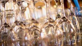 清洗烘干在酒吧柜台,党的末端的酒杯在餐馆的,承办宴席 股票录像