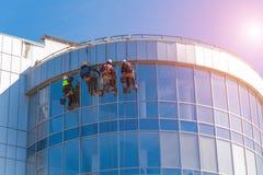 清洗玻璃大厦的人 高层,工业登山 库存图片