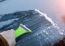 清洗玻璃机器从雪和冰掠过 图库摄影