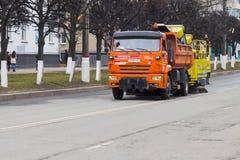 清洗的接近的设备街道 清洗春天街道在一个小镇在俄罗斯 市切博克萨雷,楚瓦什人共和国,俄罗斯, 01/05 免版税库存图片